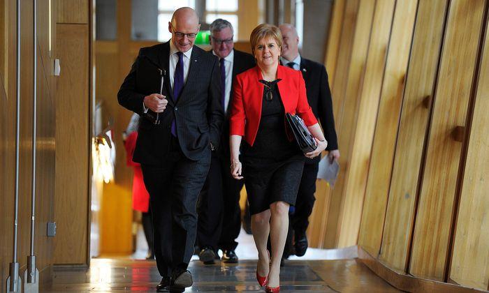 Schottlands Regierungschefin Sturgeon und ihr Vize Swinney im Regionalparlament in Edinburgh.