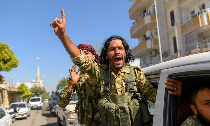 Mit der Türkei verbündete syrische Rebellen auf dem Weg in die Grenzstadt Tal Abyad