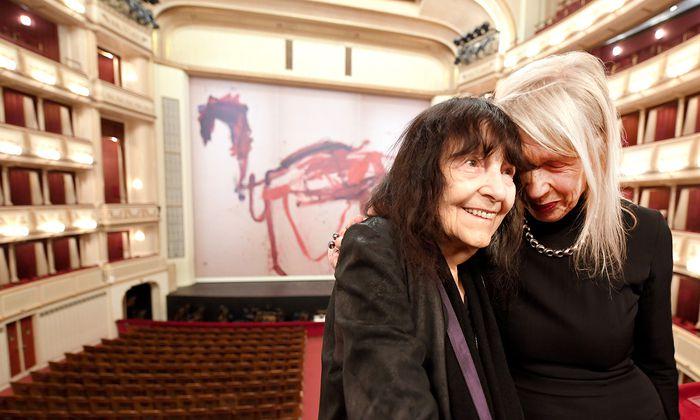 Lange befreundet in gegenseitiger Inspiration: Malerin Martha Jungwirth (r.) und Schriftstellerin Friederike Mayröcker vor dem neuen eisernen Vorhang.