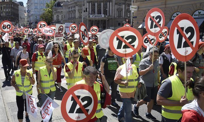 """""""Es ist unrealistisch, dass der Zwölf-Stunden-Tag zurückgenommen wird"""", sagt Arbeiterkammer-Direktor Christoph Klein zur """"Presse"""" (im Bild: Proteste im Juni 2018)."""