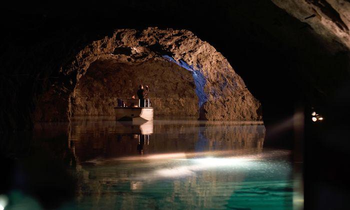 Der See ist nur 1,20 Meter tief – wirkt aber ob der Lichteffekte deutlich tiefer und mächtiger.