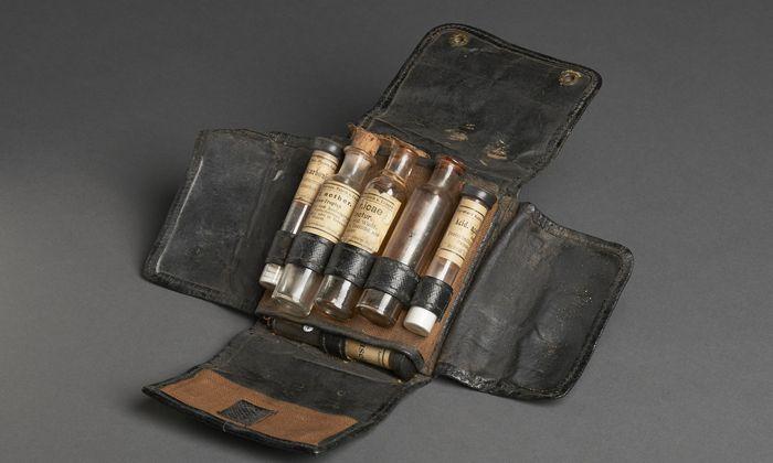 Jeder Soldat musste im Ersten Weltkrieg Verbandspäckchen mit sich führen, um damit erstversorgt zu werden. In der pathologisch-anatomischen Sammlung des (NHM) im Narrenturm wird dieses Original gezeigt.