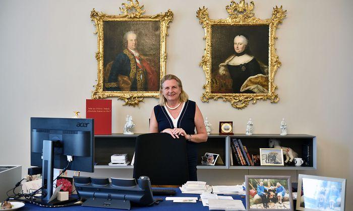 Außenministerin Karin Kneissl in ihrem Büro.