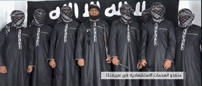 Zahran Hashim (Mitte) und Mitstreiter beim Treueschwur auf IS-Führer Abu Bakr al-Baghdadi.