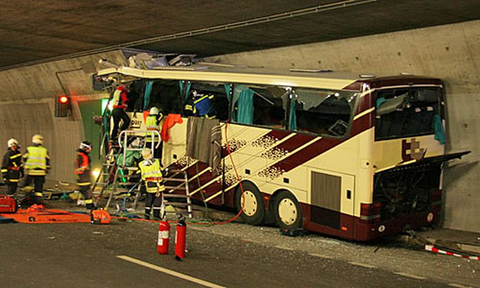 Aus ungeklärter Ursache fuhr der Reisebus frontal in eine Nothaltestelle des Tunnels.