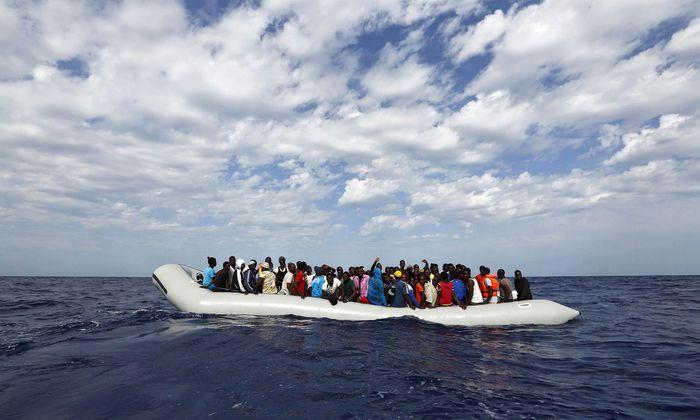 Migranten in Schlauchboot