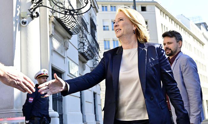 Doris Bures, 2.Nationalratspräsidentin (SPÖ) vor einem Nationalen Sicherheitsrat