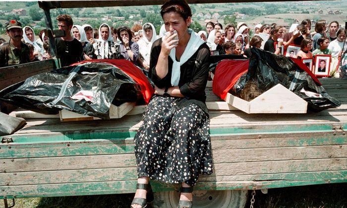 Trauer um die Opfer. Nach Abzug der serbischen Kräfte werden im Juli 1999 bei Bela Crkva entdeckte Leichen bestattet.