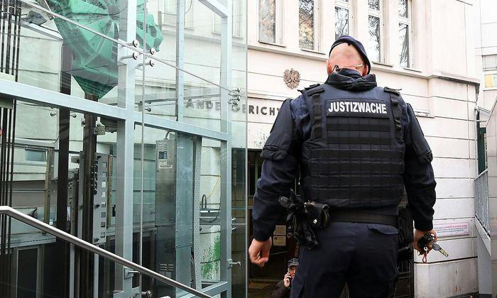 Hohe Sicherheitsstufe: Im gesamten Landesgericht für Strafsachen Wien galt ein Film- und Fotografierverbot. Wer in den Gerichtssaal wollte, musste gleich zwei Sicherheitsschleusen passieren und wurde namentlich registriert.
