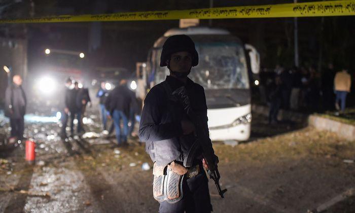 Der Bus wurde schwer beschädigt, Busfahrer und Reiseführer verletzt.