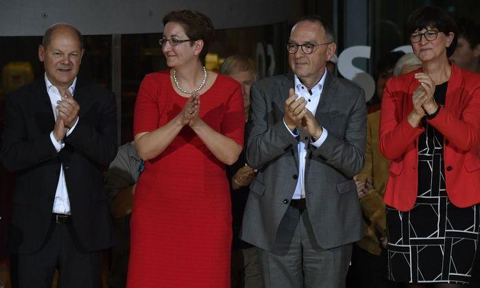 Die Kandidatenpaare für die Stichwahl: Scholz/Geywitz (links) sowie Walter-Borjans/Esken