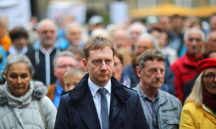 Michael Kretschmer bei einer Schweigeminute in Chemnitz