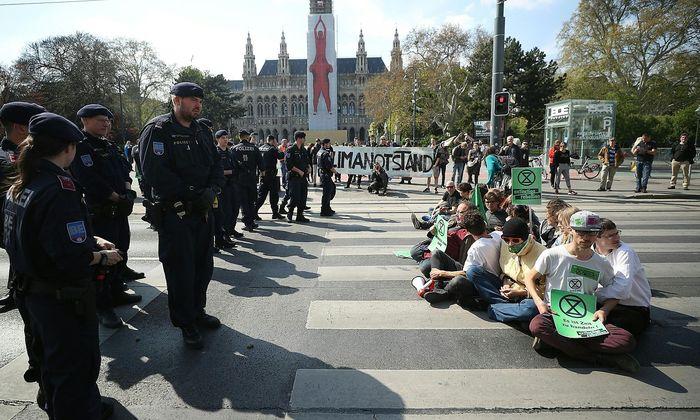 Eine Handvoll Aktivisten hat den Verkehr auf der Wiener Ringstraße aufgehalten.