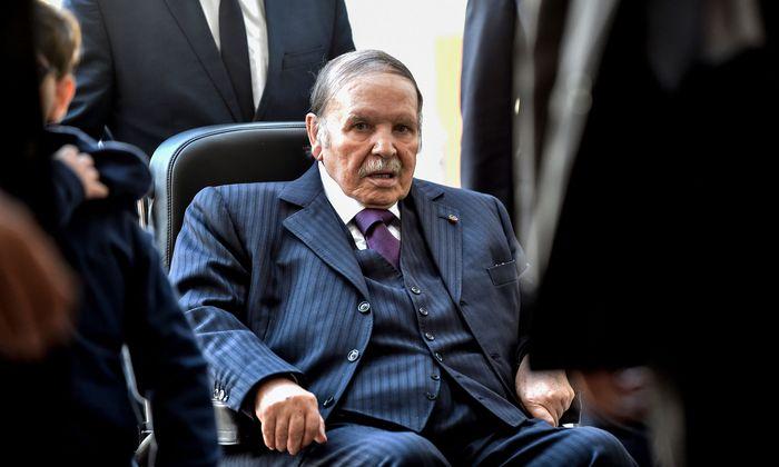 Bouteflika, wie ihn das algerische Fernsehen zeigt: offener Mund, glasige Augen, an den Rollstuhl gefesselt.