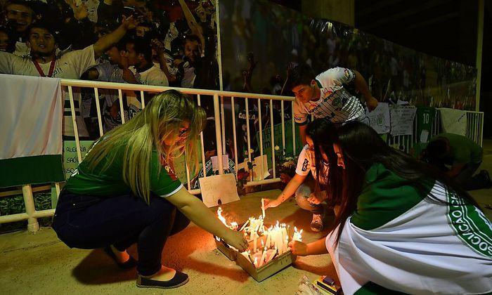 Fans zünden Kerzen an