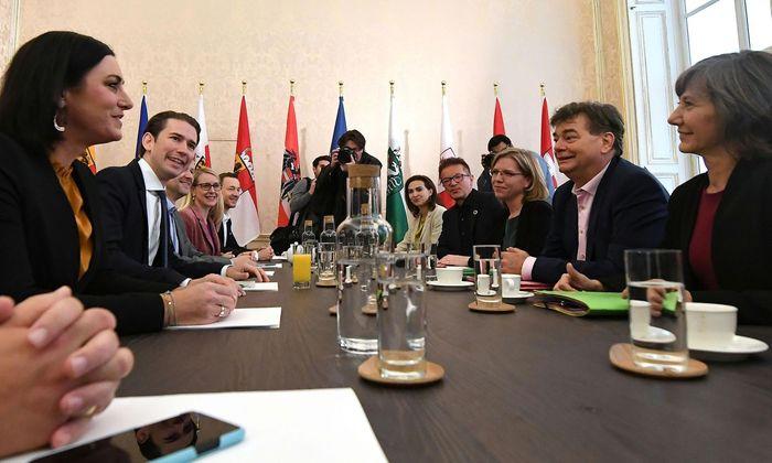 ÖVP-Chef Sebastian Kurz (2. von links) führte mit seinem Team das zweite Sondierungsgespräch mit Grünen-Chef Werner Kogler (2. von rechts) und seinen Co-Verhandlern.