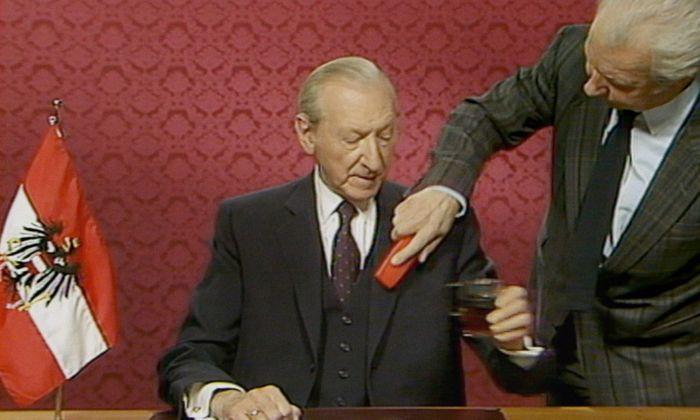 Rare Einblicke: Bundespräsident Kurt Waldheim bereitet sich auf seine erste Fernsehansprache vor.