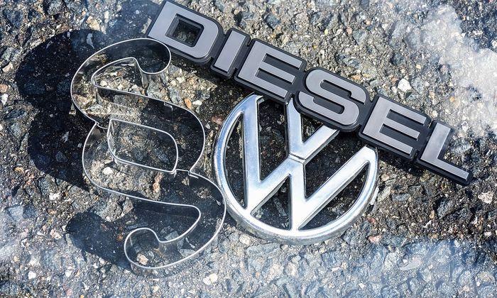 VW Logo Paragrafenzeichen und Dieselzeichen Dieselskandal *** VW logo Paragraph mark and diesel D