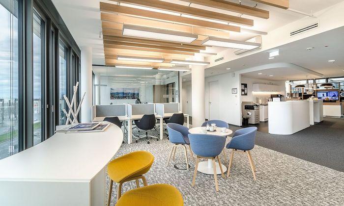Büroanbieter, die sich auf temporäre Arbeitsplätze spezialisiert haben, versuchen, ihre Center möglichst heimelig zu gestalten. Im Bild: eun Business-Center von Regus.
