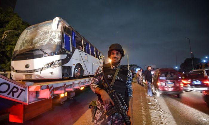 Die ägyptische Regierung versucht, nach dem Anschlag auf diesen Touristenbus, Stärke zu demonstrieren.