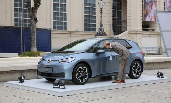 Inoffizielle Premiere des VW ID.3 im Wiener Museumsquartier: VWs Elektro-Hoffnung debütiert bei uns im nächsten Jahr.