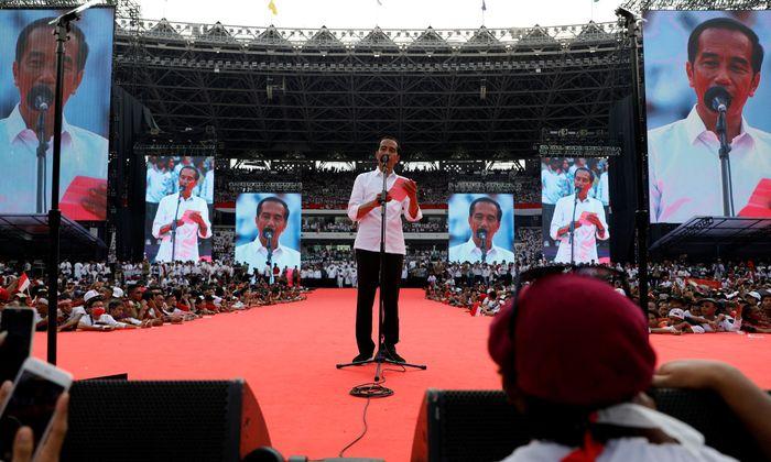 Jokowi spricht vor seinen Anhängern. Wie schon vor fünf Jahren hat er sich bei der Präsidentenwahl am Mittwoch gegen seinen Rivalen Prabowo durchgesetzt.