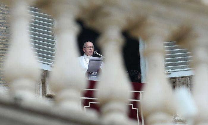 Der Papst beim sonntäglichen Angelus-Gebet am Petersplatz in Rom.