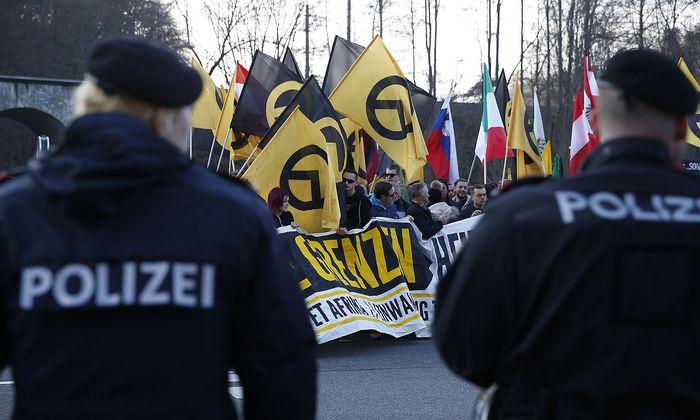 FLUeCHTLINGE: DEMONSTRATION DER IDENTITAeREN BEWEGUNG OeSTERREICH