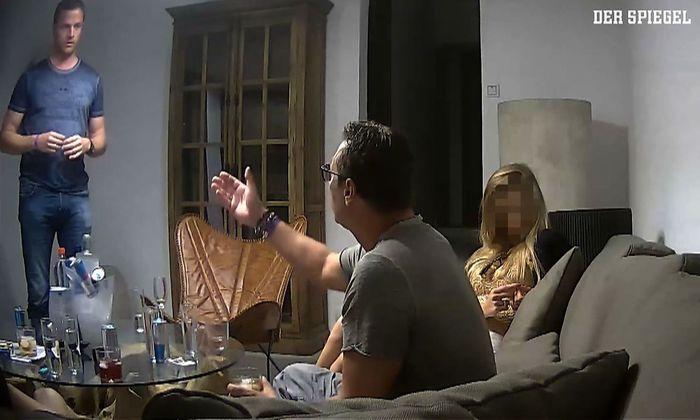 Das Corpus Delicti: ein Video aus dem Sommer 2017 in dem der damalige FPÖ-Chef Heinz-Christian Strache einer vermeintlichen Oligarchentochter quasi Kronenzeitung und Staatsaufträge anbot.