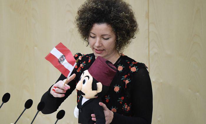 Die parteilose Abgeordnete Martha Bißmann kleidete ihre Kritik an der Regierung in den Lebenslauf der Puppe Ali.