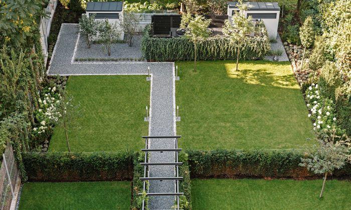Mit Struktur. Kletterpflanzen designen den seitlichen Maschendraht.