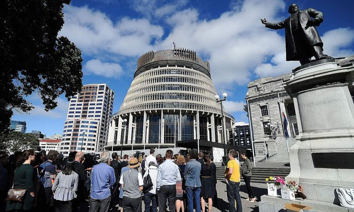 Archivbild: Menschen bei der Übergabe einer Petition gegen halbautomatische Waffen vor dem neuseeländischen Parlament in Wellington.