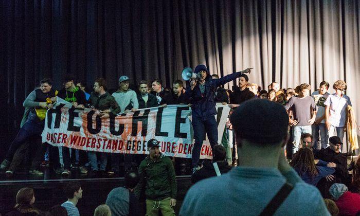 Archivbild: Vergangenen April stürmten 'Idnetitäre die Bühne des Audimax