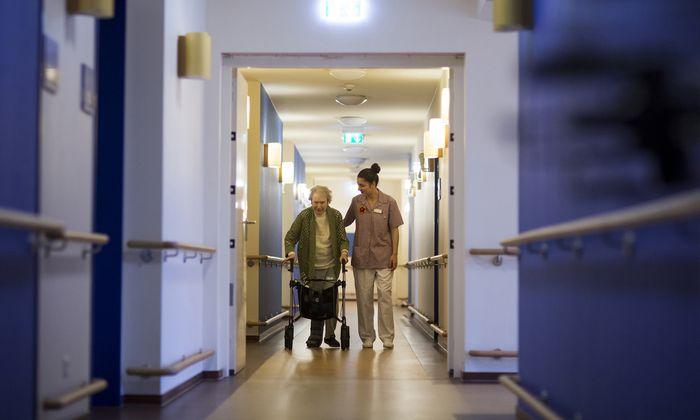 Die meisten Pflegebedürftigen werden zu Hause von Angehörigen betreut. 75.000 waren zuletzt in Heimen untergebracht.