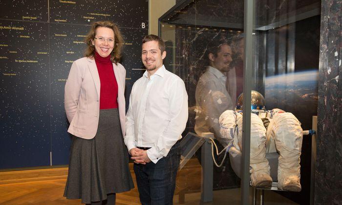 Monika Fischer und Reinhard Tlustos neben dem Raumanzug des österreichischen Kosmonauten Franz Viehböck im Naturhistorischen Museum.