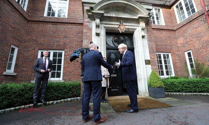 Kühler Empfang in Nordirland: Der britische Premierminister, Boris Johnson, gibt ein Interview in Belfast.