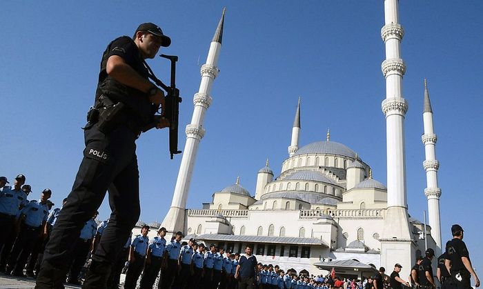 Erdogan krempelt die Türkei um, tausende mögliche Kritiker verlieren ihre Jobs.