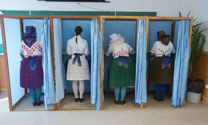 Den Urnengang in Ungarn am Sonntag begehen viele Wählerinnen im ländlichen Raum traditionell in Festtagstracht.