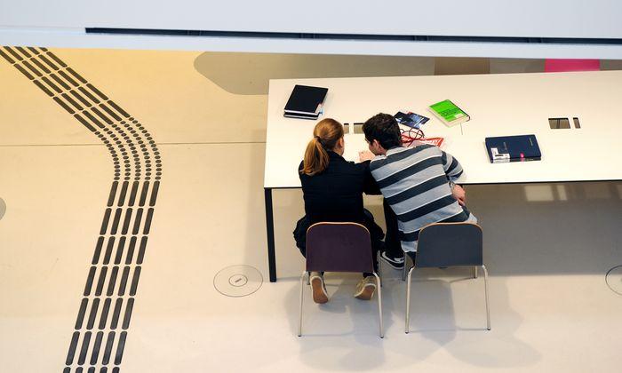 """Laut """"Wiener Zeitung"""" haben sich nur etwa halb so viele Bewerber angemeldet, wie Plätze zur Verfügung stehen (1980)."""