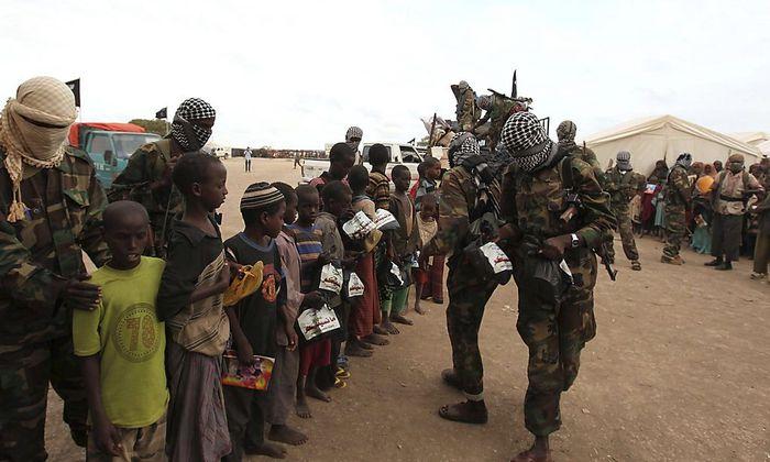 Somalische Shabaab-Kämpfer verteilen Hilfsgüter