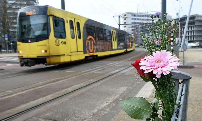 Am Platz des 24. Oktobers in Utrecht erinnern Blumen an die Opfer der Schussattacke.