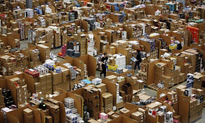 Der Scanner in der Hand zählt die Pakete mit. Wer das Soll im Amazon-Lager nicht erfüllt, fliegt, sagt Arbeiter N..