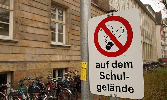 Schild mit Rauchverbot vor einer Bremer Oberschule Gesamtschule