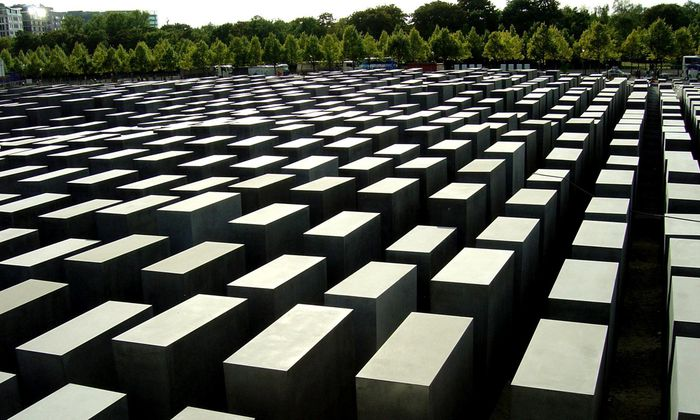 Die Forschung über den Massenmord der Nationalsozialisten 1933 bis 1945 erfolgt aus ständig neuen Perspektiven. Das Holocaust-Mahnmal in Berlin.