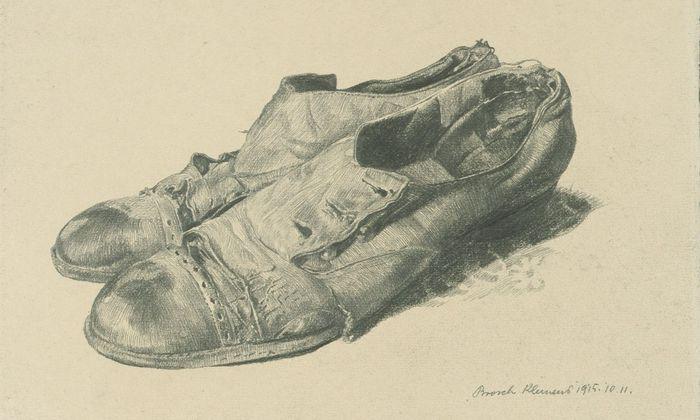 """Brosch zeichnete in seiner Akademiezeit eine ganze Serie dieser verlassenen, zerlemperten, vermenschlichten Schuhe, die in der Orangerie jetzt eine Wand füllen. """"Der Invaliden Dank"""", 1915."""