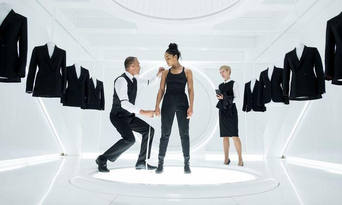Neu im Team: M (Tessa Thompson) bekommt die Uniform der intergalaktischen Diplomaten.