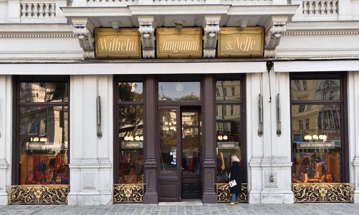 Fassade und Geschäftsportal von Wilhelm Jungmann & Neffe am Albertinaplatz haben sich im Lauf der Jahrzehnte praktisch nicht verändert.
