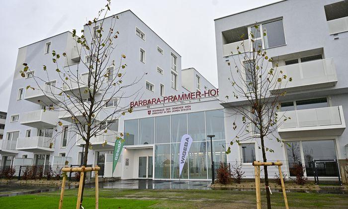 Im neuen Barbara-Prammer-Hof ist der erste Schlüssel übergeben worden