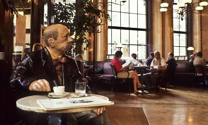 Peter Altenberg, Pappmachéfigur im Central zu sehen, hat seinen Kaffee angeblich einst schwarz getrunken