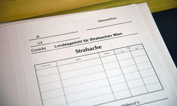 """Barock: Wie weit dürfen Gerichtsakten elektronisch erfasst und dann per Mobiltelefon-Speicher in laufender Verhandlung abgefragt werden? Die österreichische Anwälte-Interessensvertretung nennt ein diesbezügliches Handy-Verbot """"barock""""."""